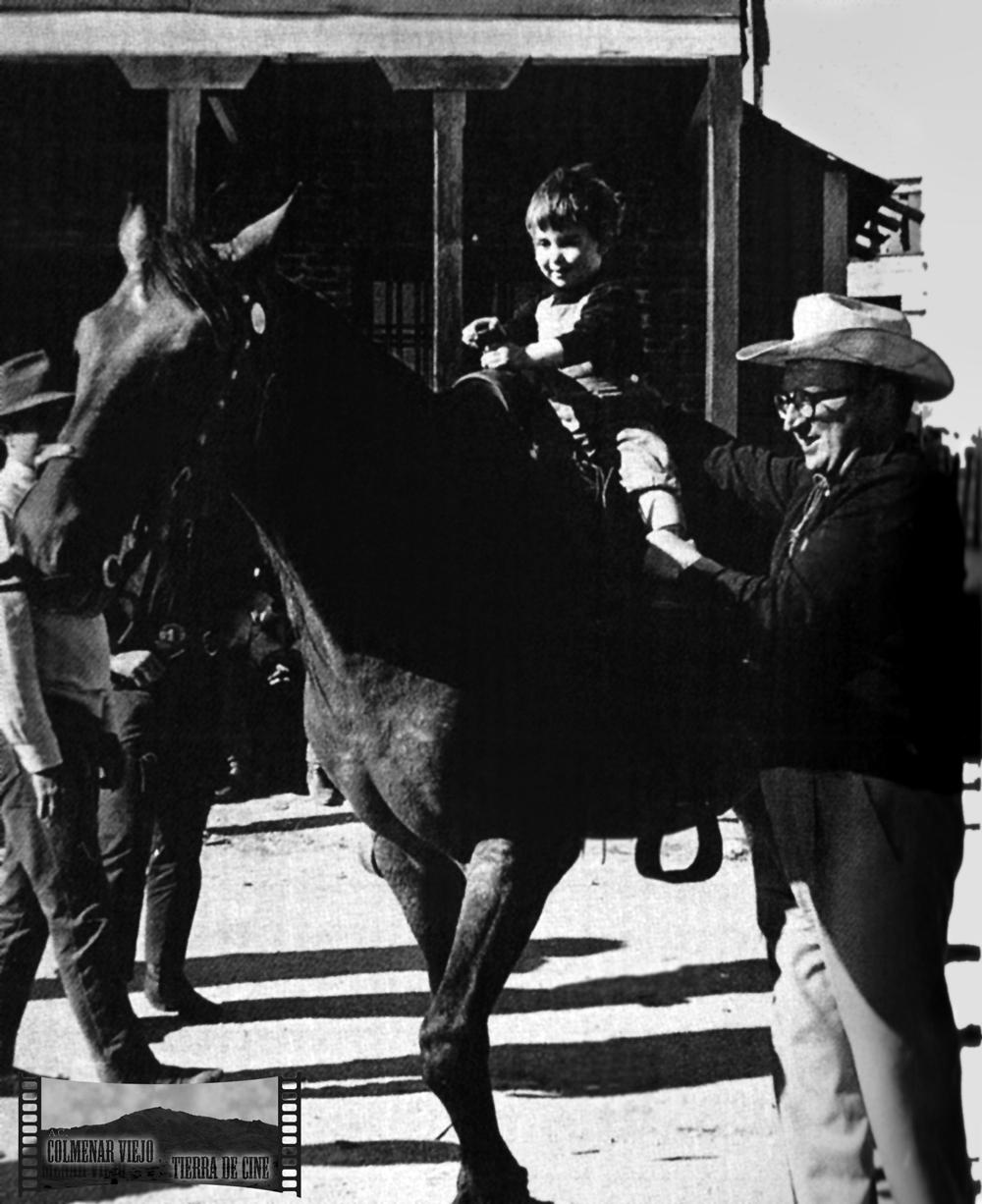Sergio Leone y su hija Raffaella rodando La muerte tenía un precio en el decorado city del oeste de la Dehesa de Navalvillar de Colmenar Viejo. Mayo 1965.