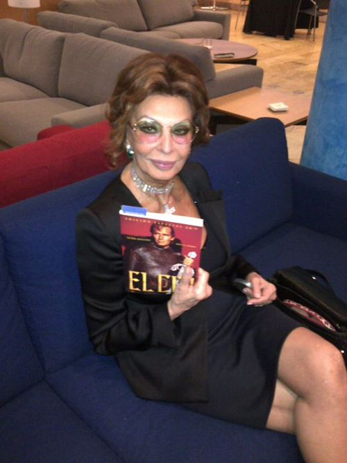 Sofia Loren con el libro El Cid coeditado por Colmenar Viejo Tierra de cine